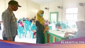 Polsek Sangkub Awasi Penyaluran BST Kepada 408 Kepala Keluarga