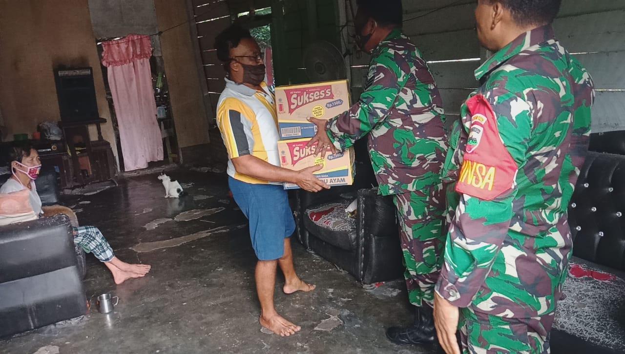 Babinsa Kodim 0209/LB Salurkan Bantuan Door To Door Di Labura