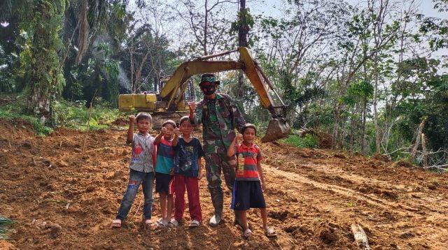 Senyum Ceria Anak Batu Tunggal, Jadi Penyemangat Personel Kodim 0209/LB Laksanakan TMMD Ke-110