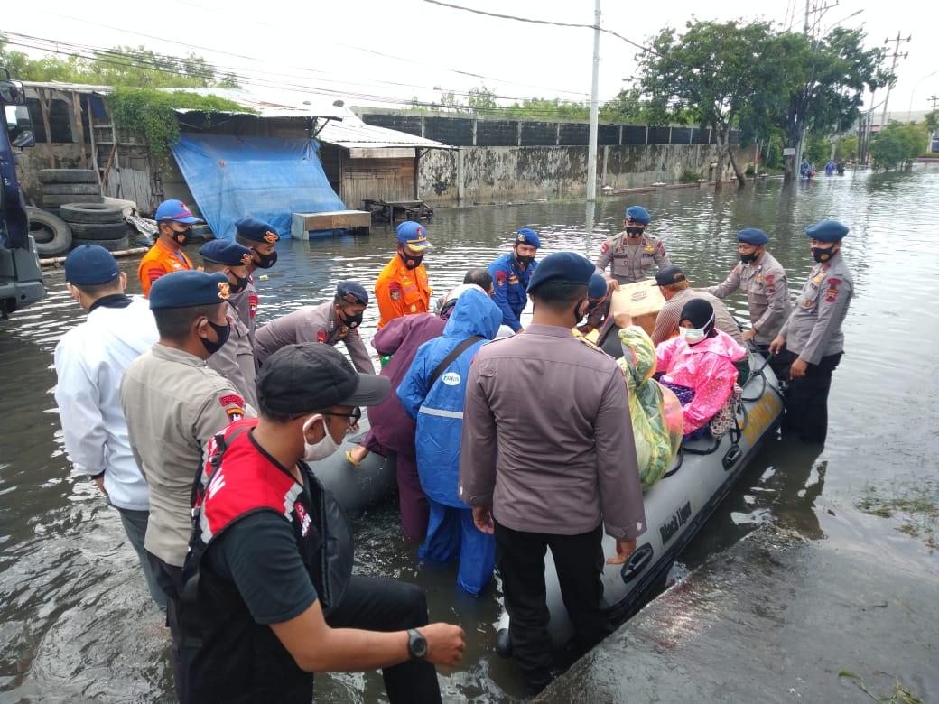 Personel Ditpolairud Polda Jateng Evakuasi Korban Banjir di Kota Semarang