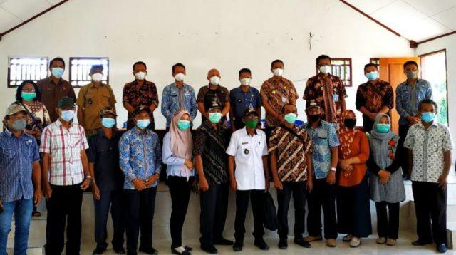 Wabup Oskar Manoppo foto bersama Camat Motongkad, Sekcam dan para Sangadi di Kecamatan Motongkad